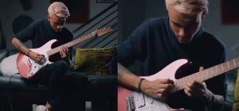 Cette reprise en guitare électrique est bizarrement très apaisante aux oreilles !