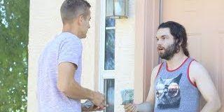 Un YouTubeur frappe à des portes et paye les loyers à ceux qui lui ouvrent