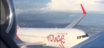 Deux gros avions se croisent, l'un vole au-dessus de l'autre