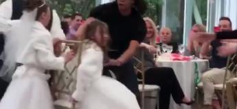 Deux filles d'honneur mettent l'ambiance dans un mariage au jeu des chaises musicales