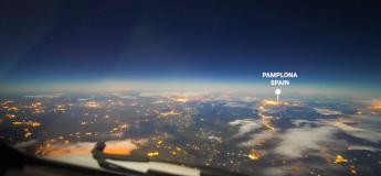 Un pilote a filmé une magnifique vidéo de survol de l'Europe une nuit de pleine lune