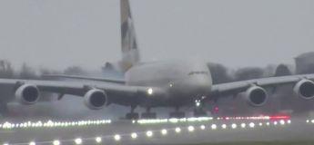 Le plus gros avion du monde a dû atterrir en crabe en pleine tempête Dennis à Londres