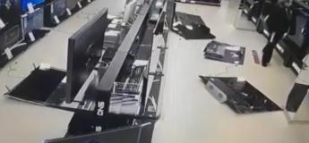 Cet homme très mécontent se met à casser une dizaine de TV dans un magasin