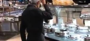 Dégoûtant, cet homme mange à même la louche dans un bar soupe !
