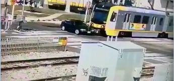 Le train entre en collision avec une voiture traversant les voies ferrées