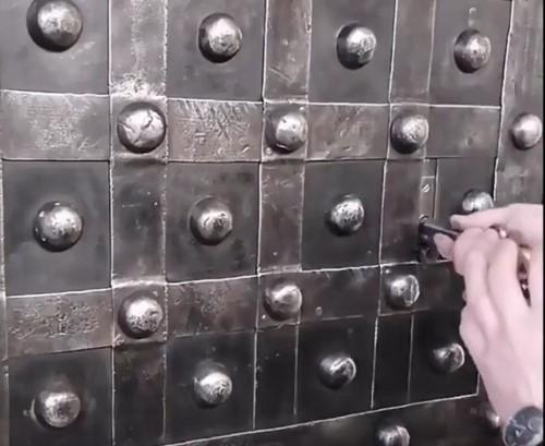 Ce coffre-fort de 200 ans est rustique mais offre un niveau de sécurité extrêmement élevé !