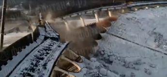 Un ouvrier tente de sauver sa vie lorsque ce stade en construction s'effondre en Russie