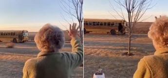 Les enfants d'un bus font une surprise à cette femme qui sort chaque matin les saluer lors de leur passage