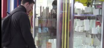 Les jouets d'une machine à griffe dans une salle de jeu sont remplacés par des papiers toilettes #COVID19