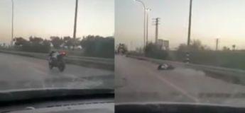 Israël, une moto sans conducteur à son bord roule sur l'autoroute