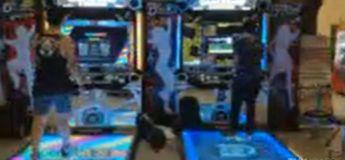 Ces gars dansent super bien sur ce jeu d'arcade