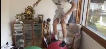 Le skieur acrobatique suisse Andri Ragettli transforme sa maison en parcours d'obstacles pendant le confinement