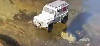 Une voiture roule sur une fine couche de glace, une expérience effrayante !