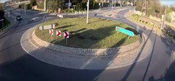En Pologne, un chauffeur fait un vol à 7m du sol au volant de sa voiture et il a survécu !
