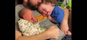 Admirez cette scène adorable entre un papa et ses deux enfants qui ne veulent pas être séparés !