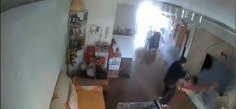 Sa batterie explose dans une maison pendant qu'elle est en charge et tout prend feu !