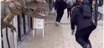 La prank du T-Rex qui attaque des gens à un coin de rue est hilarante (et aussi effrayante)