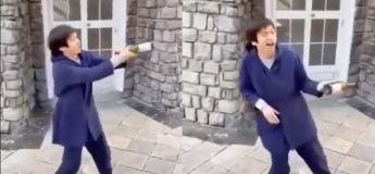Cet homme exécute à merveille un mime original où il essaye d'attraper une bouteille qui lui échappe