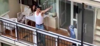 Il a repris « I want to break free » de Queen avec beaucoup d'humour depuis son balcon, et offre ainsi un spectacle amusant pour les habitants de son quartier