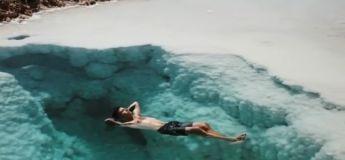 Ce touriste nage dans les eaux limpides et magnifiques de l'oasis de Siwa en Egypte, une destination mystérieuse mais sublime
