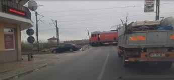 Roumanie, un conducteur de train en service, s'arrête OKLM au milieu de la route pour un aller chercher son café