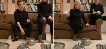 Une grand-mère et son petit-fils s'amusent à faire entrer une balle dans un gobelet après quelques rebondissements sur des ustensiles de cuisson