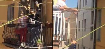 Pour respecter le confinement tout en trinquant avec les voisins, des Italiens inventent les perches pour verre