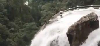 Une route avec de puissantes chutes d'eau, peut-être l'une des plus dangereuses qui soit