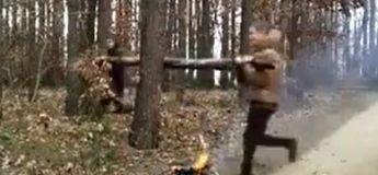 C'est l'histoire de deux Russes qui veulent couper du bois pour le feu