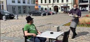 Cette hilarante vidéo montre comment le service sera effectué dans un café après le confinement tout en étant prudent