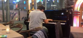 Ce garçon crée la surprise dans un aéroport en jouant Beethoven sur un piano