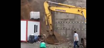 Ces gens assistent impuissant à l'effondrement spectaculaire d'un mur suivi par un immeuble et une immense maison !