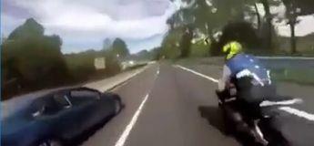 Une femme tire le frein à main pour que son homme ne fasse pas la course avec des motocyclistes