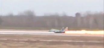 Un avion de chasse rate son décollage et termine en boule de feu