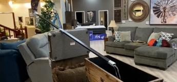 Ce propriétaire a trouvé le moyen de s'amuser dans son magasin de meubles !