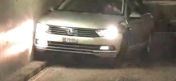 En sortant d'un parking, un Volkswagen Passat se cogne sur les murs à droite puis à gauche, comme une balle de ping pong