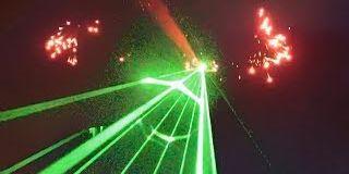 Cet avion fait le spectacle en lançant une pluie de lasers sur les spectateurs, en envoyant des feux d'artifices et en faisant une trainée lumineuse