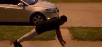 Ce gars impressionne les internautes avec ses pompes à couper le souffle : après les mouvements de base, il réalise quelques gestes avant de terminer par un saut périlleux !
