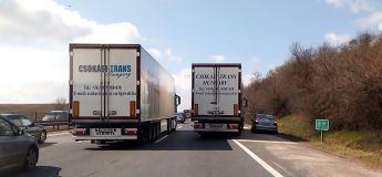 Hongrie : un chauffeur de camion donne une bonne leçon à ce conducteur d'une Mercedes qui se croyait tout permis