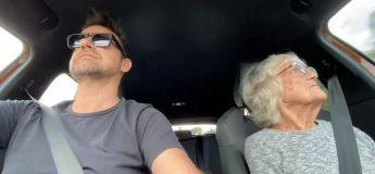 Une grand-mère Australienne, atteinte d'Alzheimer redécouvre sa passion pour les courses grâce à son fils et exprime sa joie d'une manière très drôle : elle imite le bruit du moteur
