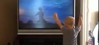 Ce petit garçon imite à la perfection les gestes de Rocky Balboa !