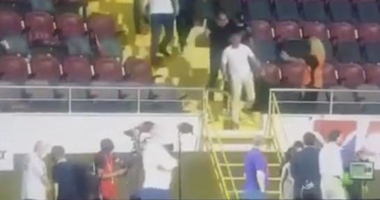 Le Président du club de foot Trabzonspor descend sur la pelouse pour se bagarrer