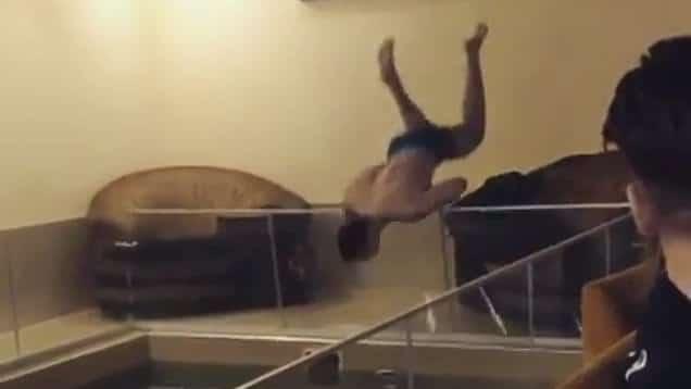 Aïe ! Un homme plonge dans une piscine depuis sa fenêtre… et malheureusement il y avait une barrière en verre !
