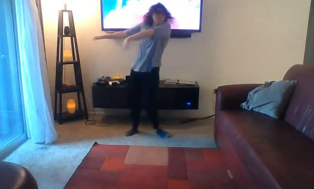 Une femme détruit accidentellement son meuble TV en dansant dans son salon