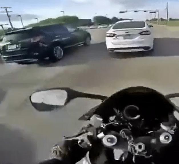 Ce motard est heureux d'avoir échappé à ce grave accident !