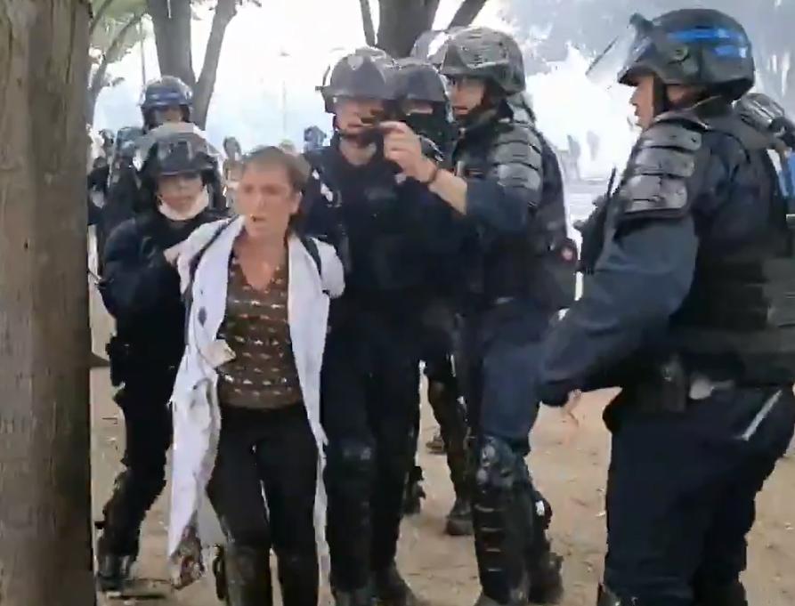 Arrestation musclée d'une infirmière de 50 ans durant la manifestation des soignants, alors qu'elle jetait des pavés sur les forces de l'ordre