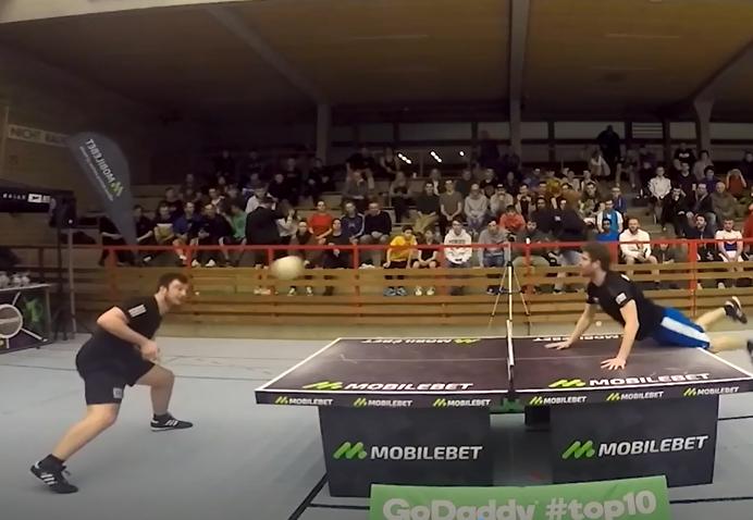 Un match intense de headis (tennis de tête) avec un point complètement fou qu'il faut absolument voir !