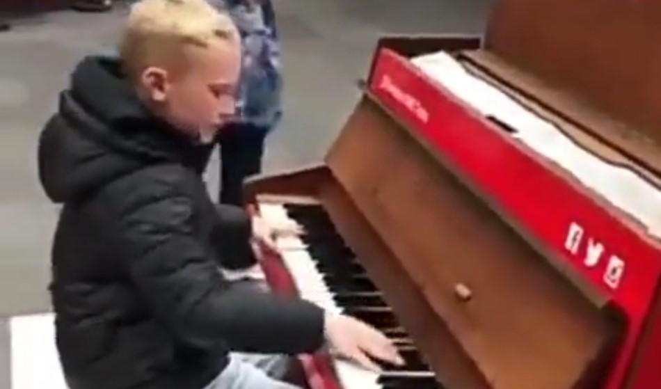 Un garçon joue «Children» de Robert Miles au piano dans la rue et c'est superbe