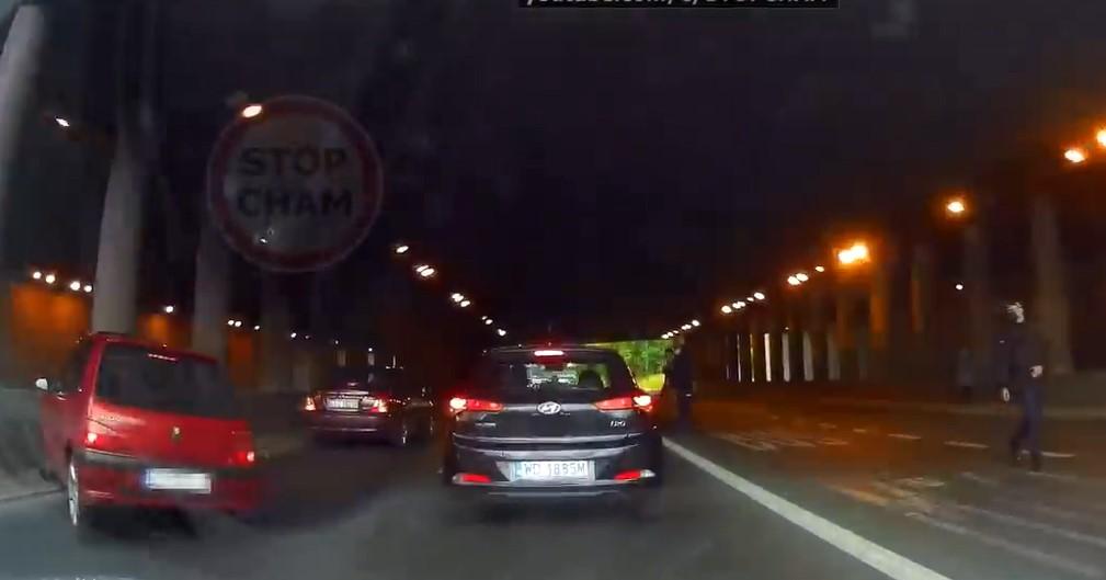 Pologne : un policier stoppe la circulation pour récupérer un portefeuille tombé, et crée un accident !