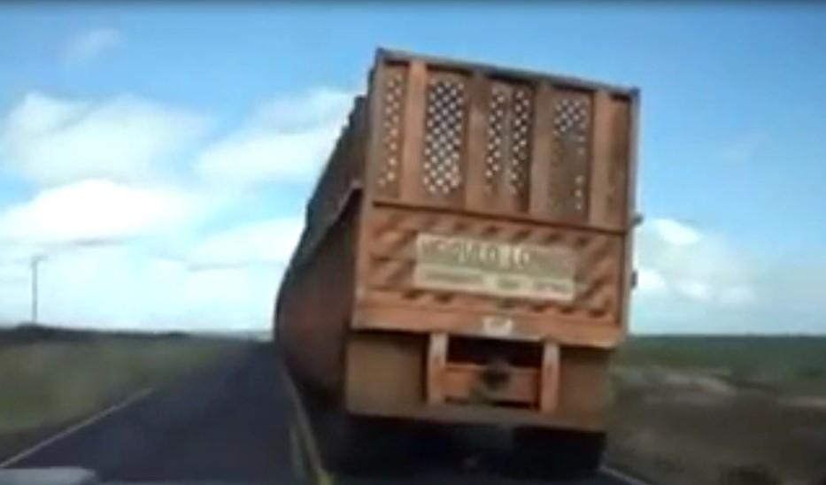 Pas évident de doubler ce camion qui tire… 10 remorques !